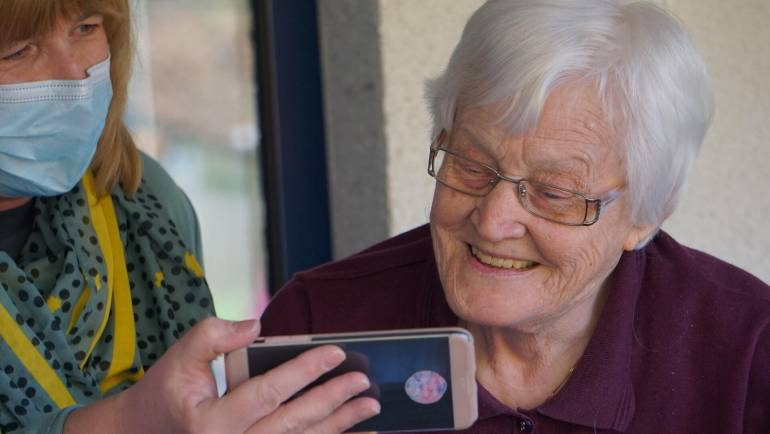 How Technology Can Help Seniors and People with Dementia to Connect